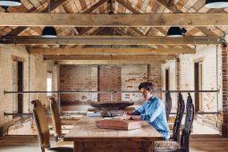 """Dealer antyków Edward Hurst stworzył przestrzeń """"piękna i uczciwości"""" w swoim domu w Dorset"""